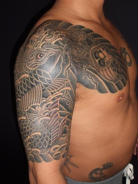 鯉のカラス彫り刺青タトゥー