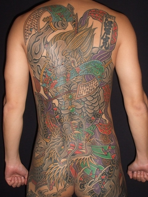 背中に第六天魔王破旬(だいろくてんまおうはじゅん)、天魔破旬、和彫り巻物の刺青