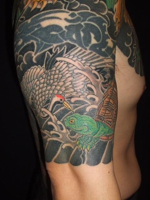 腕に鶴亀の額彫りひかえカイナ五分の刺青タトゥー