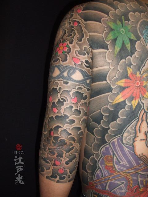 渦潮の額彫りひかえカイナ七分の刺青タトゥー