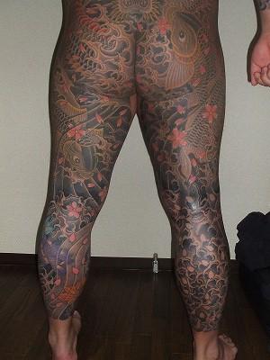 足の額の刺青、長ズボン