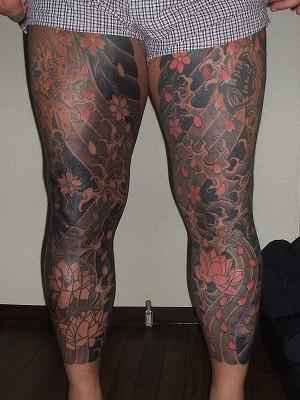 足の額の 刺青、長ズボン