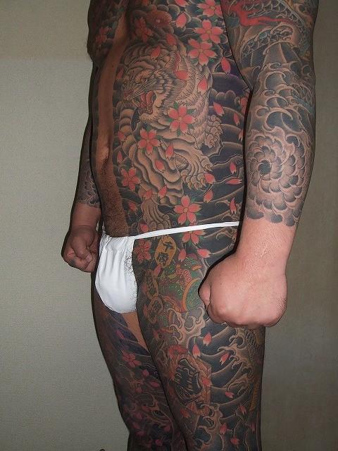 胸割りの刺青、