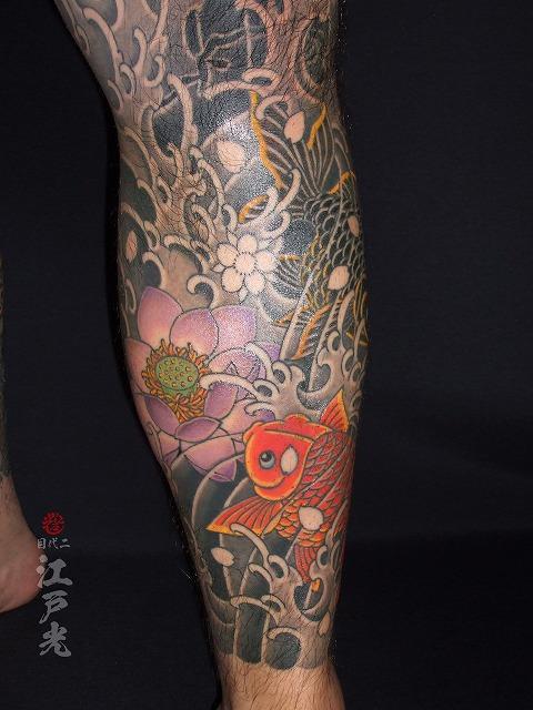 赤と黒金魚と紫蓮(ハス)和彫りの刺青タトゥー