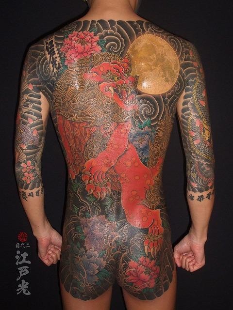 唐獅子牡丹、満月、赤唐獅子、額彫り、雲の渦巻きの刺青タトゥー