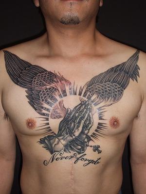 ブレイングハンズのタトゥー、祈りの手、腹と胸