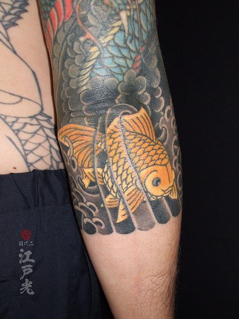 金魚、金色、黄色の刺青タトゥー