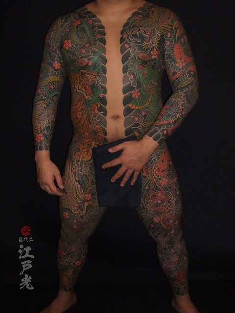 胸割り総身彫り、和彫りの刺青