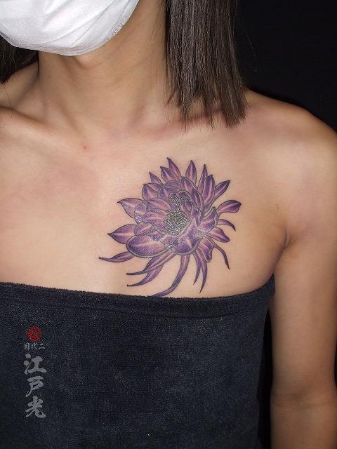 女性の胸に月下美人、のタトゥー
