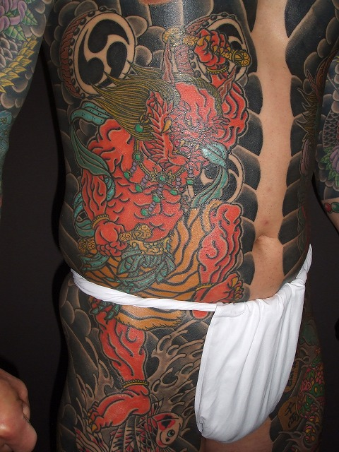 胸割り、雷神の刺青