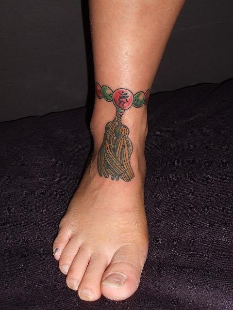 数珠の刺青、女性足首