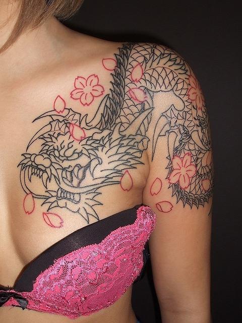 龍の刺青、 女性胸