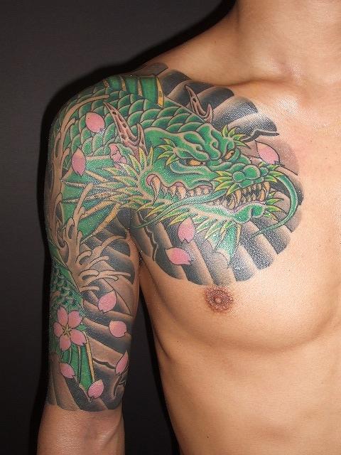 龍魚の刺青、腕の額彫り五分