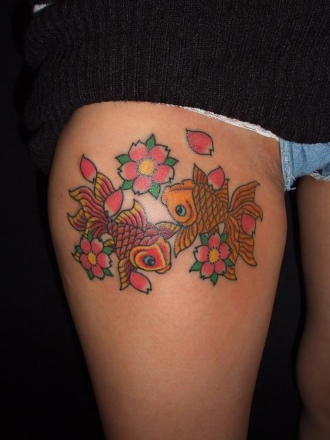 金魚の刺青タトゥーは女性太もも